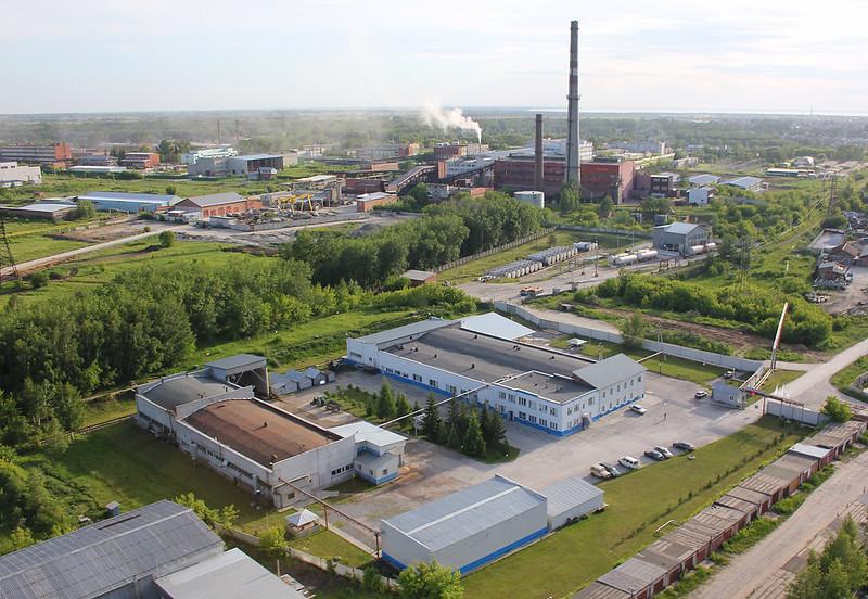 На фоне промышленной зоны города Бердска