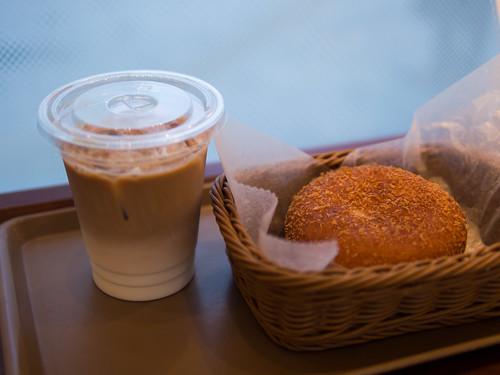 アイスカフェラテ+カレードーナツ@DONQ 秋葉原店