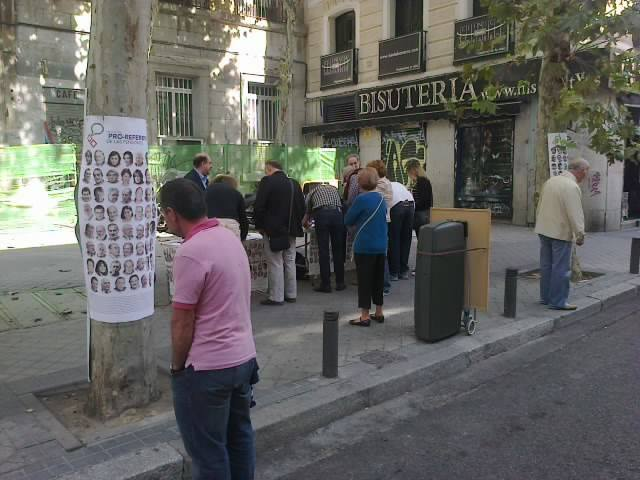 20131012.Recogida Firmas en Rastro Madrid