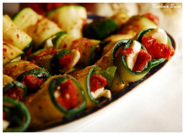 Roladki z cukinii z suszonymi pomidorami i mozarellą