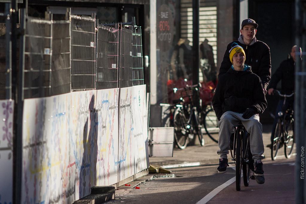 Школьники на велосипеде, стройка метро в Амстердаме