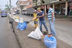En avenida Carlos Alberto Aray realizan limpieza en parterres centrales