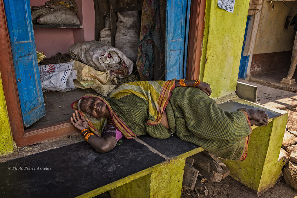 AIHOLE: FEMME AU REPOS