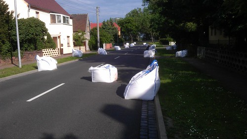 Big Bags auf den Gullis in Iserbegka