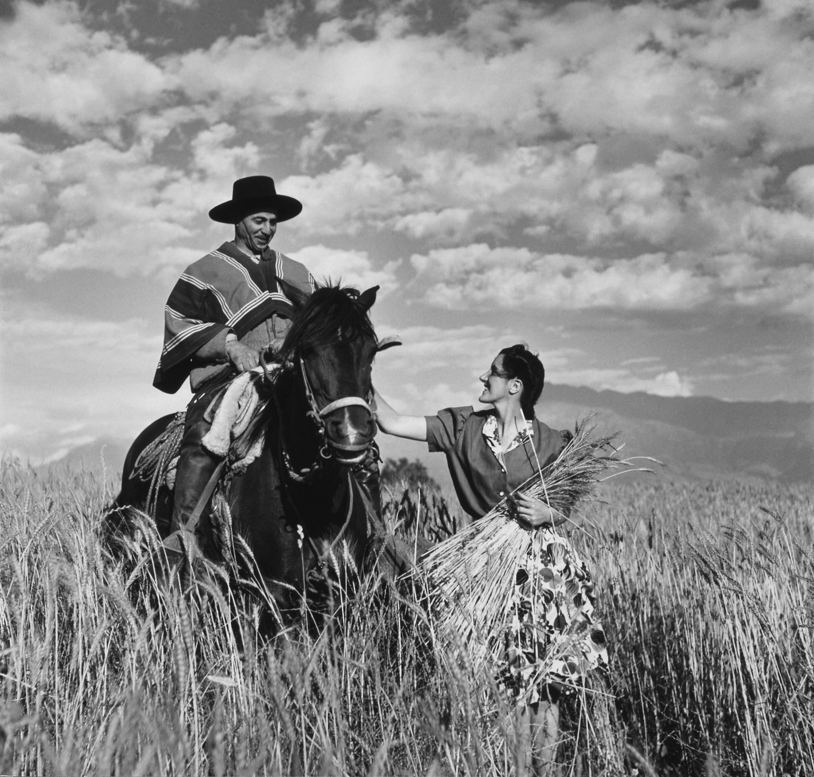 Mujer y gaucho chileno en un trigal. Autor, Toni Frissell