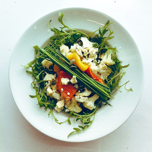 Cauliflower, roasted peppers, blue cheese, chives, rocket (arugula), pumpkin seeds #salad #saladporn #saladpride #eatclean #healthnut #healthyfood #healthyfoods #healthylunch #healthysalad #healthyeating #healthyfoodporn #notsaddesklunch #desklunch #foodp by Salad Pride