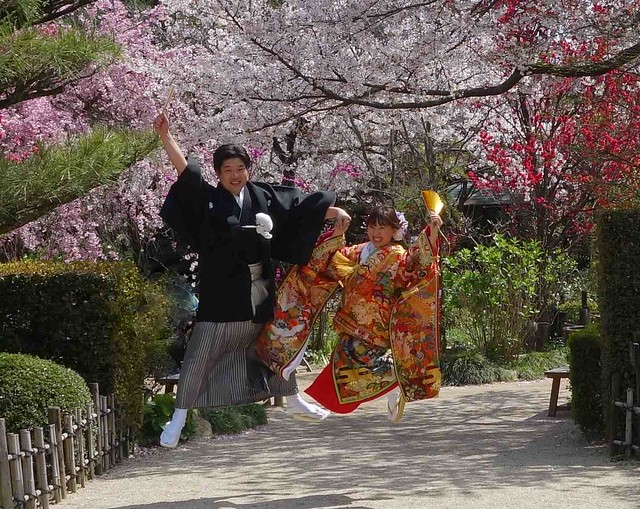 Fun wedding couple at Shukkeien Garden