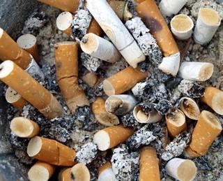 3321917-hintergrund-aschenbecher-voller-zigarettenstummel-verwendet