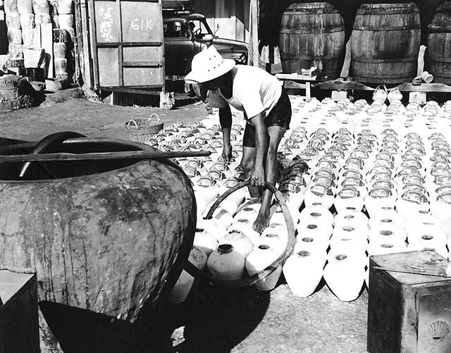 Cholon 1965 - Sản xuất nước mắm: chiết nước mắm vào tĩn