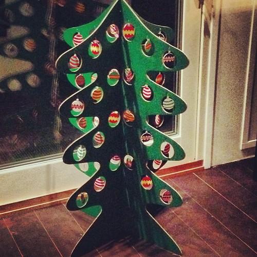 Årets julgran - i kartong från Ikea. Ganska långt från vår vanliga ädelgran på 3,20 meter.