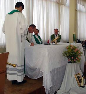 Durante a celebração, foi assinada a ata de posse de Pe. Maicon.
