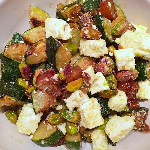 Roergebakken courgette met pistache, dadel en feta