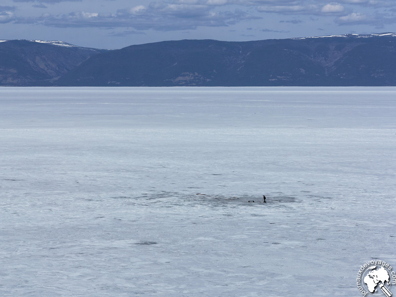 Pêcheur sur la glace du lac Baïkal
