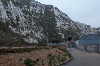 Tunnels ferroviaire et routier de Samphire Hoe au pied des falaises