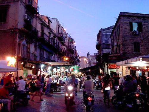 Il mercato di Ballarò alla sera by Ylbert Durishti