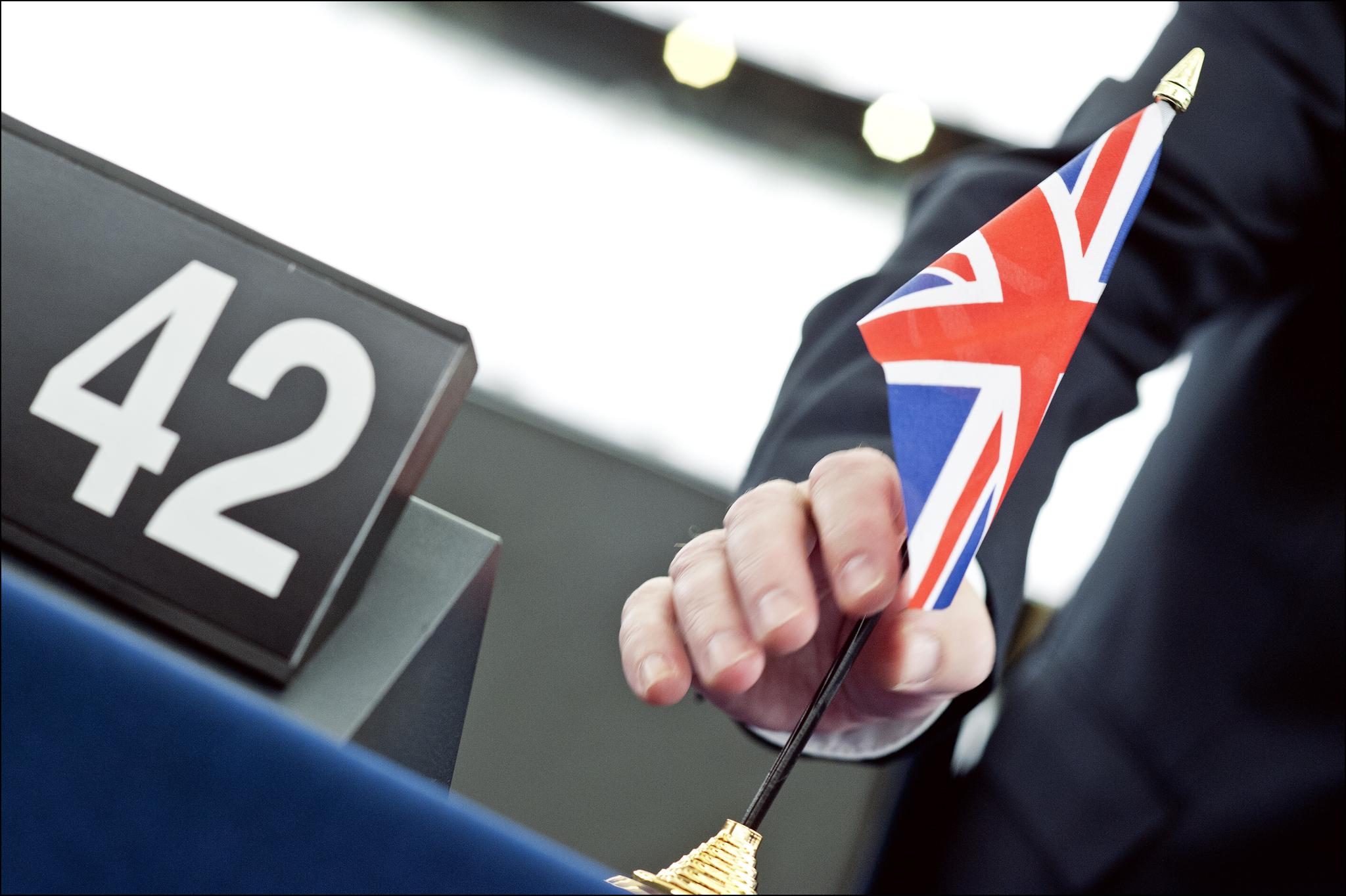 Eine britische Flagge wird von einem Sitzpult im Europäischen Parlament entfernt