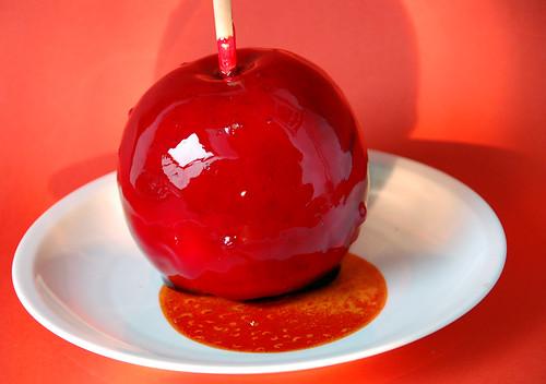 Liebesapfel Pommes d'amour Apfel Karamell rot gefärbt Holzstäbchen