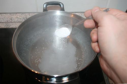 40 - Salz ins Wasser geben / Salt water