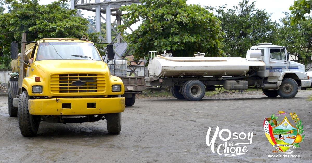 Tanqueros municipales reparten agua potable a las comunidades de Chone