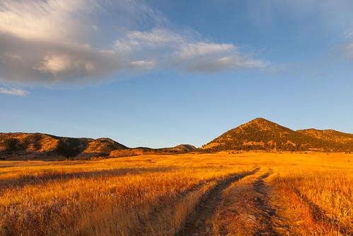 autumn foothills mountains sunrise golden colorado unitedstates paths roads prairie grasslands plainview jeffersoncountyopenspace