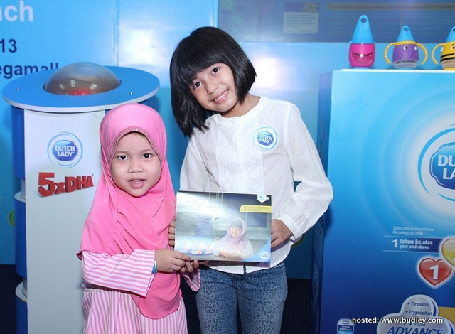 Mia Presenting The Susu Dan Sahur Calendar  To Rumah Amal Siraman Kasih