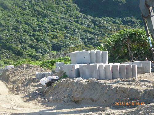 從台灣本島運來的水泥型框。徐嬋娟攝。