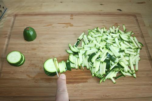 13 - Zucchini in Stifte schneiden / Cut zucchini in stripes