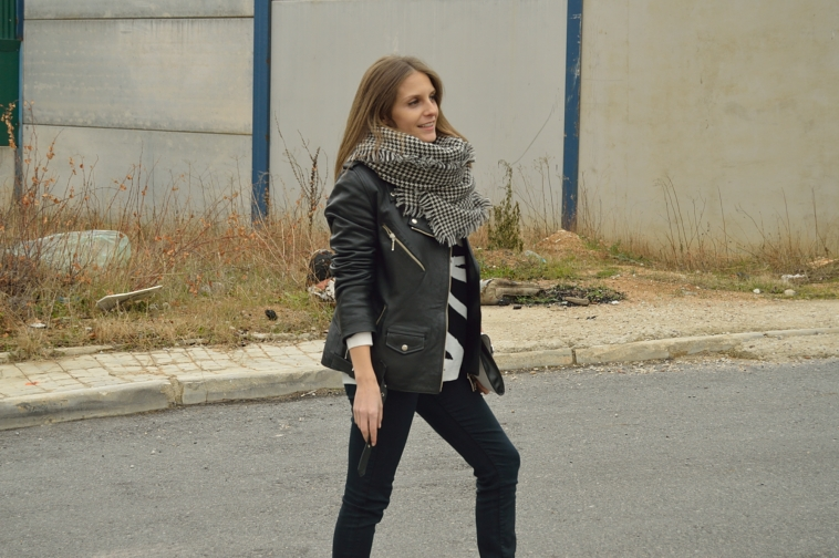 lara-vazquez-madlula-streetstyle-black-outfit-perfecto-jacket-casual-look