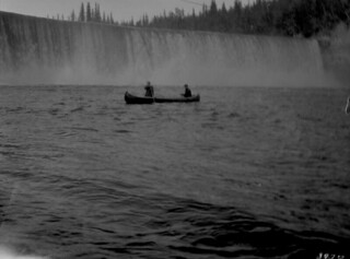 Two people canoeing, Lady Evelyn Falls, Kakisa River, Northwest Territories / Deux personnes faisant du canot, chutes Lady Evelyn, rivière Kakisa (Territoires du Nord-Ouest)