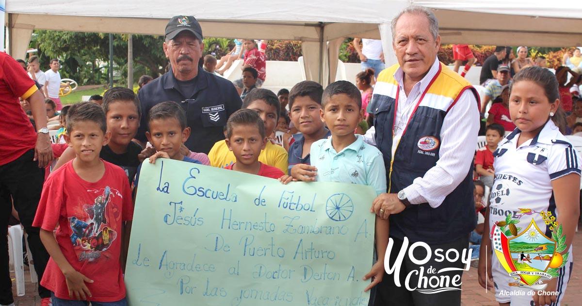 Escuela de fútbol en Puerto Arturo recibe apoyo municipal
