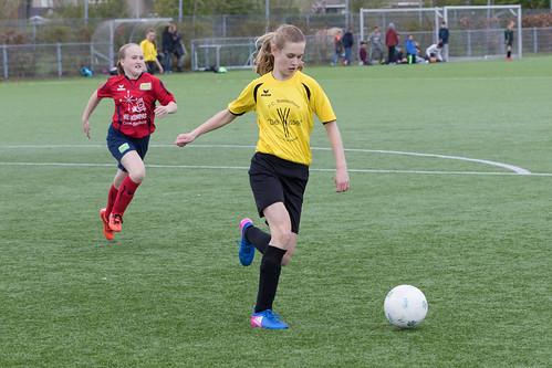 Schoolvoetbal De Wissel Meisjes Groep 8b - 2017<br/>61 foto's
