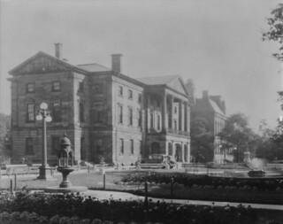 Parliament Buildings and Provincial Law Courts, Charlottetown, Prince Edward Island / Parlement et palais de justice provincial, Charlottetown (Île-du-Prince-Édouard)