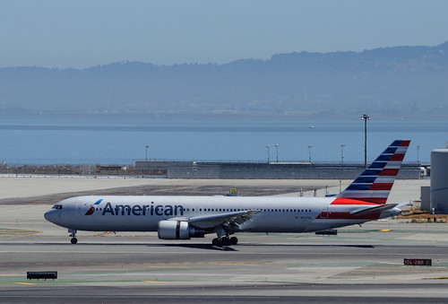 American Airlines - N7375A
