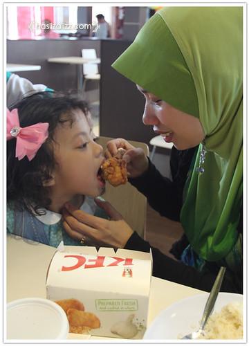 9233392809 0f54a8bf91 Makan KFC dengan sara & Uwais