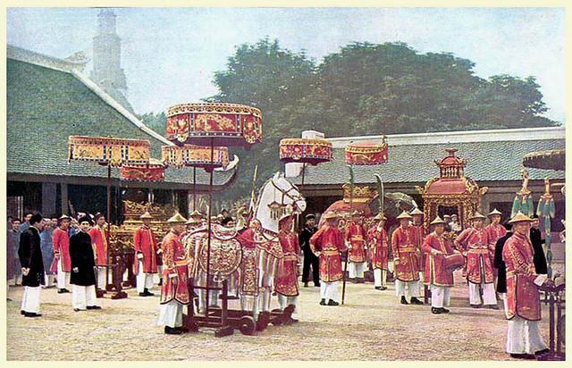 1931 - Đám rước thành hoàng với ngai, bàn thờ, voi và ngựa của thần.