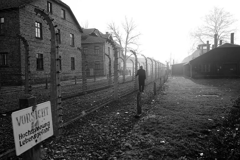 Secretário-geral da ONU, Ban Ki-moon, visita o campo de concentração nazista em Auschwitz-Birkenau, na Polônia, onde milhões de judeus e membros de outras minorias foram mortos durante a Segunda Guerra Mundial. Foto: ONU/Evan Schneider