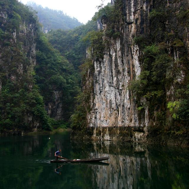 myriamregnac - En bateau, dans la brume matinale, sur la riviu00e8re Wuyang, entre les calcaires Karstiques, loin des touristes, dans un calme....!