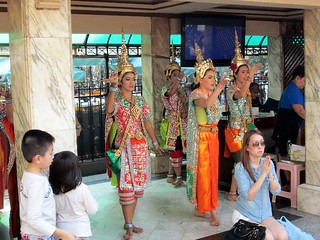 dancers at Erawan shrine (by and courtesy of Lee Epstein (c)2014)