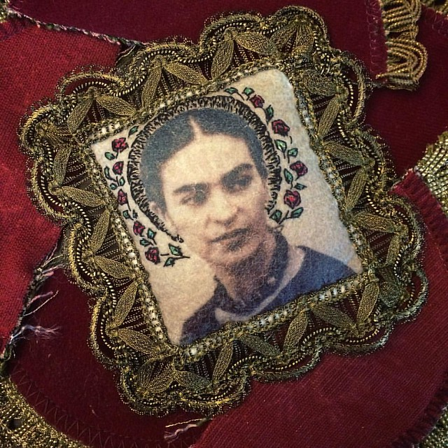 Done. I'm quite happy with this golden lace #embriodery #bordado #broderie #textileart #antiquelace #goldenlace #fridakahlo #friducha #halo #vivalavida #portrait #handmade