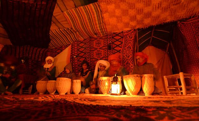 Fiest de tambores en jaimas en mitad del desierto de Merzouga