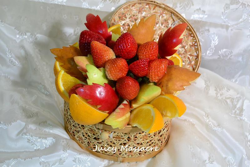 Фруктово-ягодный букет в корзинке