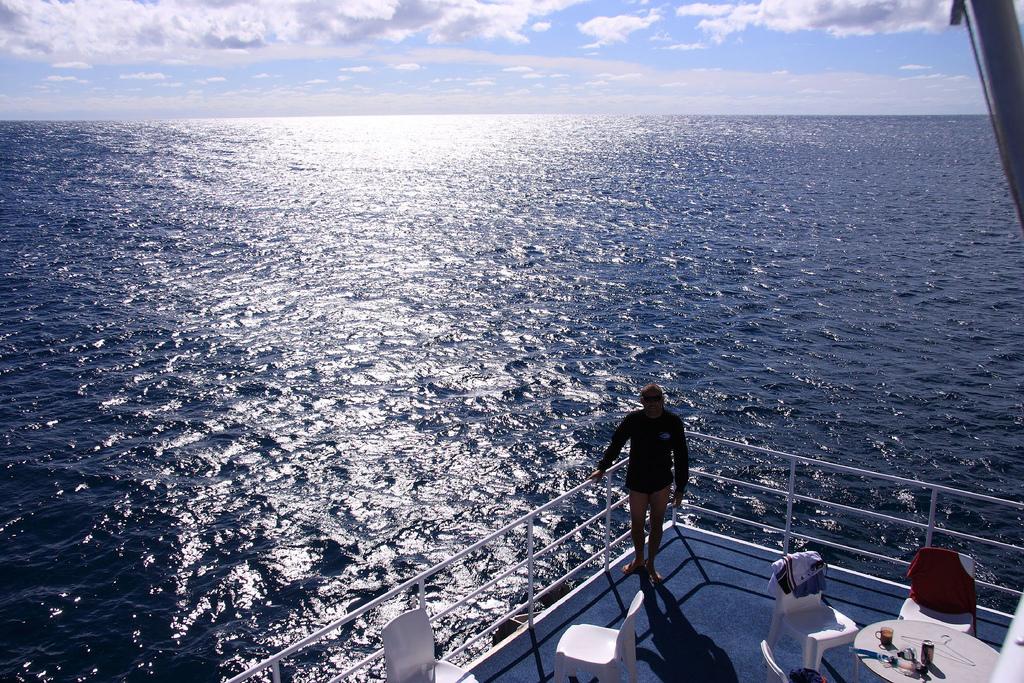 潜水员在穿上准备下水