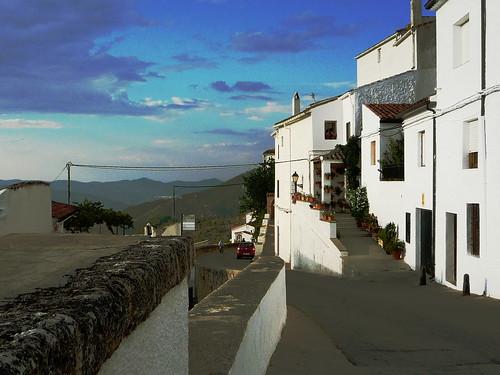 Östlicher Ortausgang von Segura am Dorfplatz