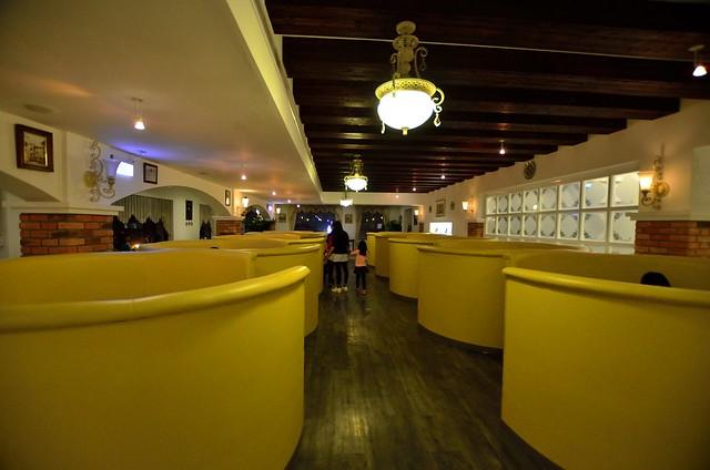 半开放式的厨房,墙上的红砖,古典壁灯 空间很大,情侣或是家族聚会都很