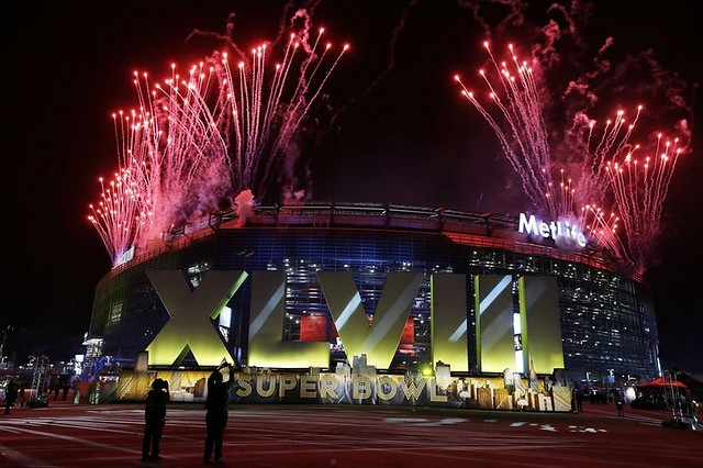 Fireworks-burst-over-MetLife-S_54399842504_54115221152_960_640
