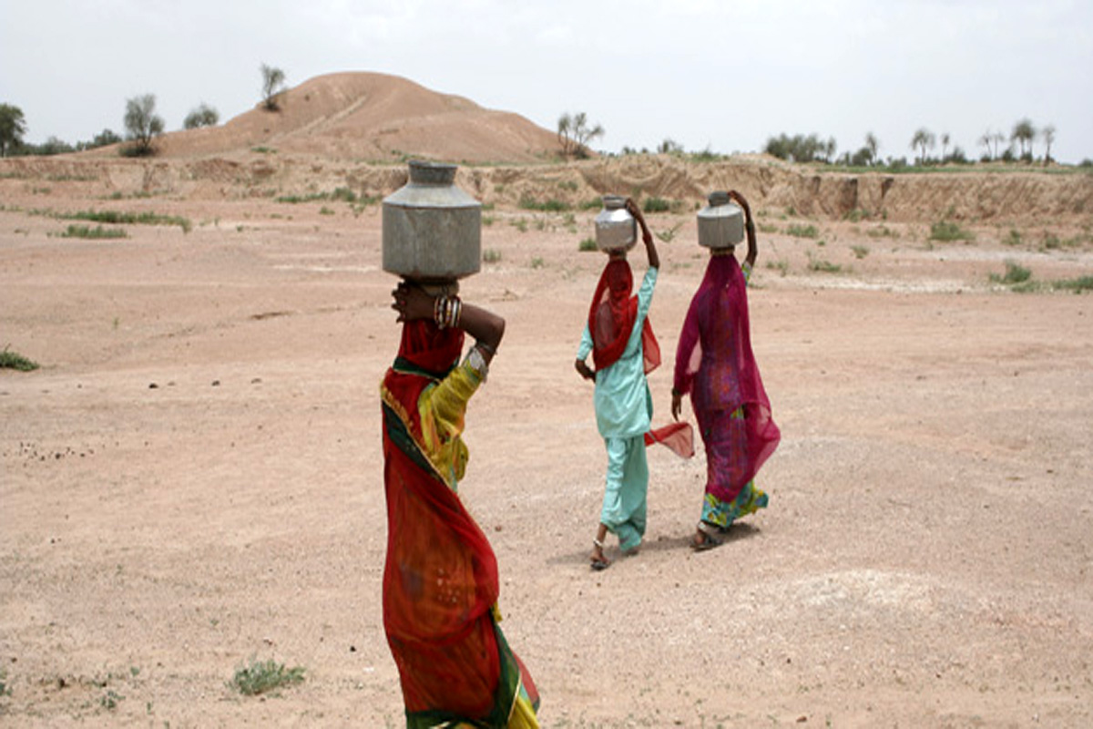 राजस्थान में दूर-दूर से औरतों को पानी लाना पड़ता है