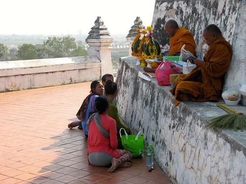 Monjes y fieles budistas en el Wat Phu Khao Thong