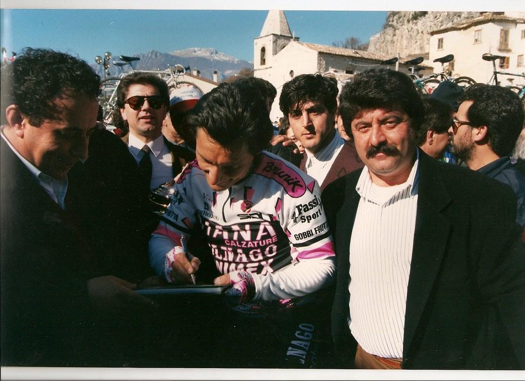 Giuseppe Saronni firma autografi prima della quarta tappa Cerro-Atri (Tirreno-Adriatico 1989) - (foto inviata da Riccardo Rossi di Cerro al Volturno)