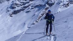 Podejście na przełęcz Coli de Punta Fuora 3108m. W oddali szczyt Gran Paradiso 4061m. Marcin.