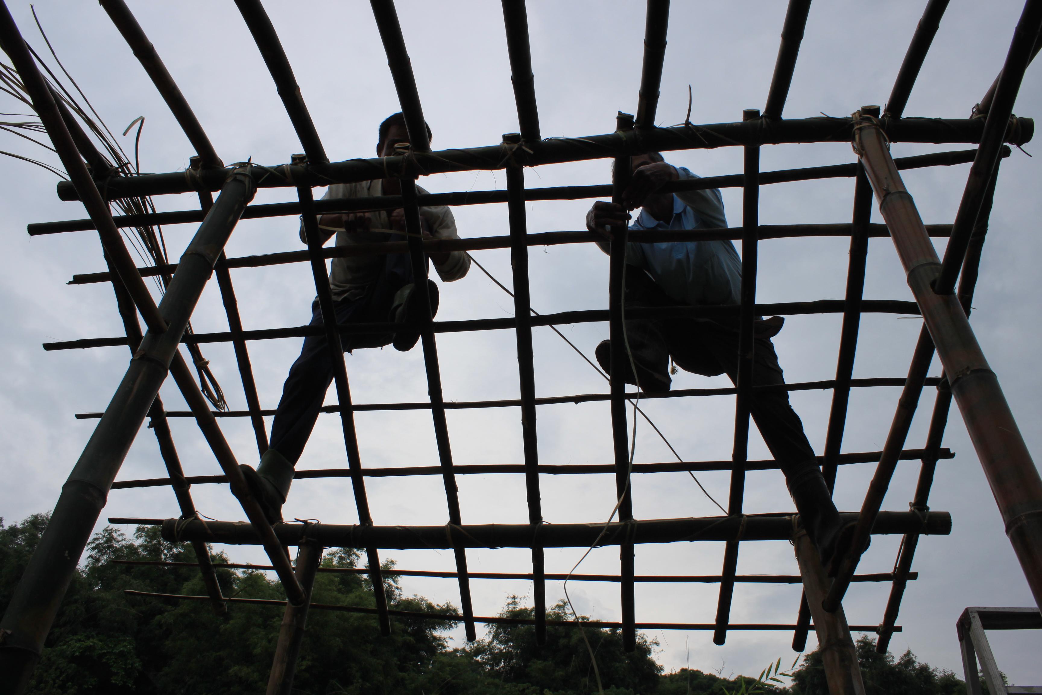八月初 工作站與部落長輩一起打造傳統建築工法的生態廁所 攝影大苑